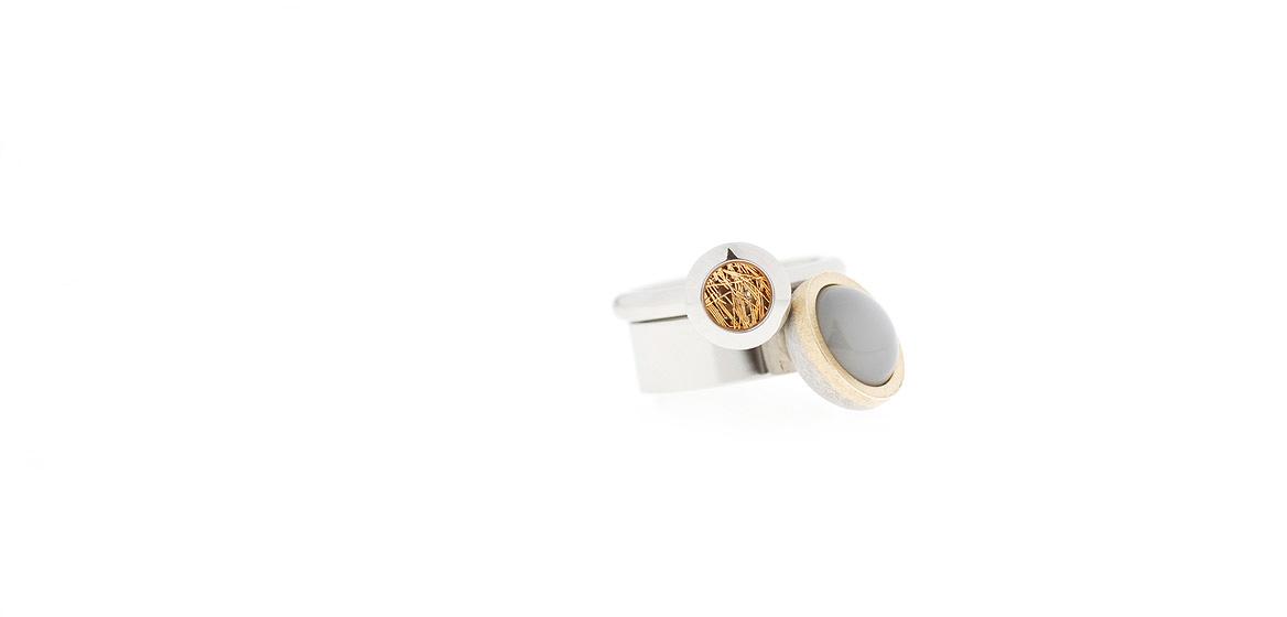 ringen-van-edelstaal-gecombineerd-met-18-krt-goud-en-grijze-maansteen.jpg
