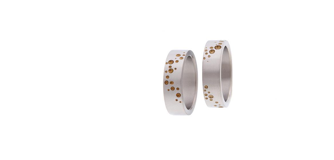 titanium-trouwringen-met-bronskleurig-motief.jpg