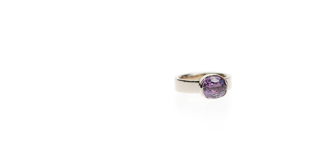 witgouden-ring-met-een-ovaal-geslepen-paarse-saffier.jpg