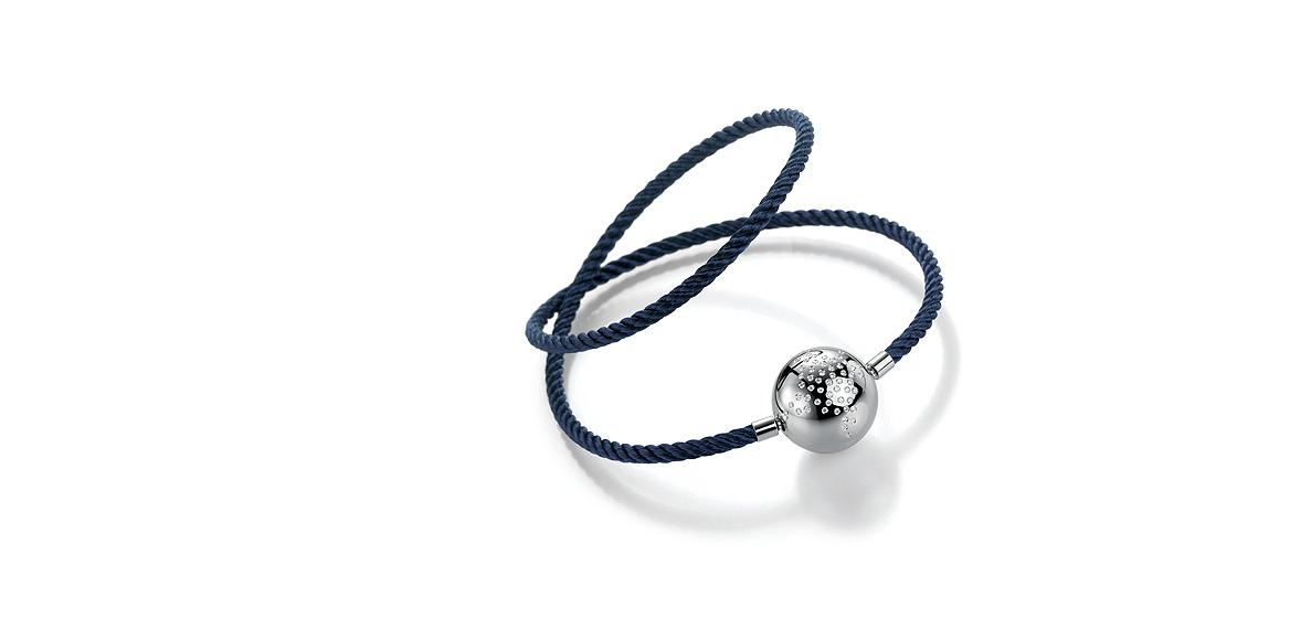 blauw-edelstalen-collier-met-witgouden-bolsluiting-gezet-met-wit-briljant-diamant.jpg